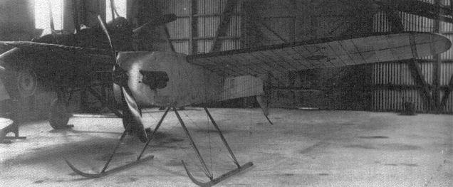 1917 circa, una rara fotografia di un prototipo dell'Aerial Target in un hangar del Royal Fliyng Corps