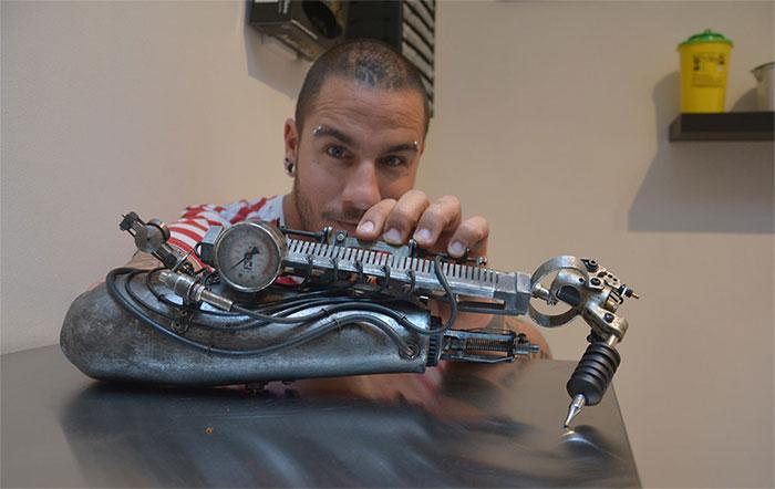 Una protesi cyberpunk per fare tatuaggi